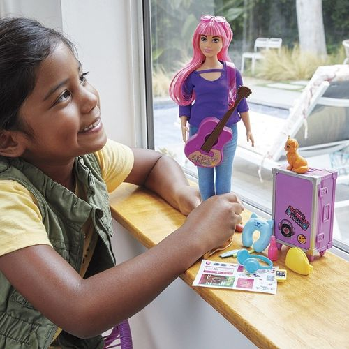 FWV26_Boneca_Barbie_Daisy_Viajante_com_Adesivos_Mattel_2